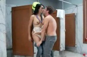 imagen Asaltada en el baño como a ella le gusta