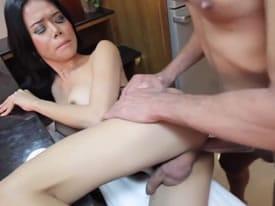 Tranny latina empotrada contra la encimera