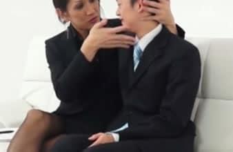 Jefe travestido seduce a su joven secretario