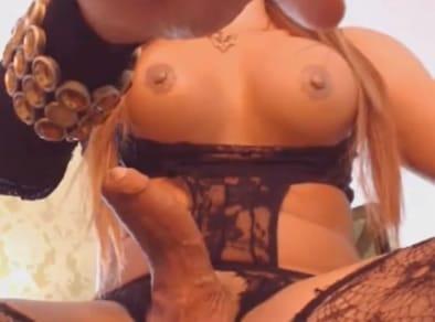 Luciendo su pollón por la webcam porno