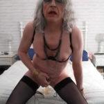 imagen Vieja travesti masturbandose el culo