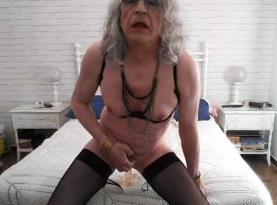 Vieja travesti masturbandose el culo