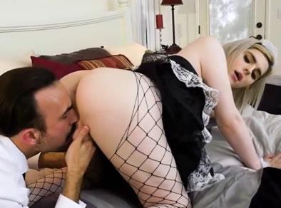 Levantando la falda a la criada transex