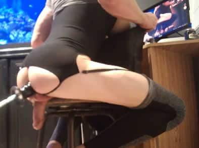 Máquina le folla el culo a travesti amateur