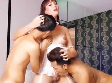 Trio asiatico con una enorme thai shemale